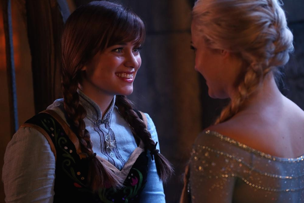 C'era una volta: le attrici Elizabeth Lail e Georgina Haig in una scena di Smash the Mirror