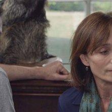 My Old Lady: Kevin Kline (di spalle) con Kristin Scott Thomas in una scena del film drammatico