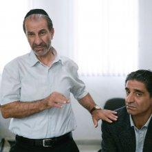 Viviane: Simon Abkarian insieme a Sasson Gabai in una scena