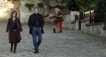 My Old Lady: Kevin Kline a passeggio con Kristin Scott Thomas in una scena del film drammatico