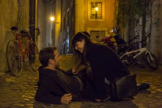 Ogni maledetto Natale: Alessandro Cattelan con Alessandra Mastronardi in una romantica scena del film