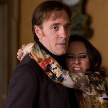 Ogni maledetto Natale: Caterina Guzzanti abbraccia Valerio Mastandrea in una scena del film