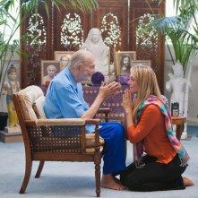 Finding Happiness - Vivere la felicità: Elisabeth Rohm nei panni di Juliet chiede la benedizione di Swami Kriyananda in una scena