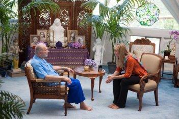 Finding Happiness - Vivere la felicità: Elisabeth Rohm con Swami Kriyananda in una scena