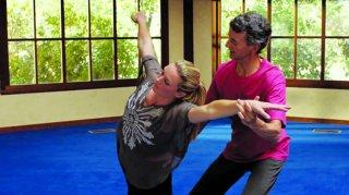 Finding Happiness - Vivere la felicità: Elisabeth Röhm durante un momento di ballo e meditazione