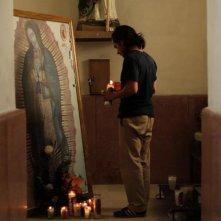 Chi è Dayani Cristal?: Gael Garcia Bernal in preghiera ad Altar (Messico)