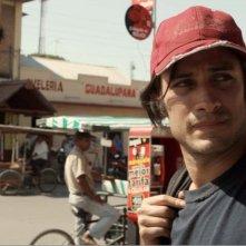 Chi è Dayani Cristal?: Gael Garcia Bernal in una scena tratta dal film diretto da Marc Silver