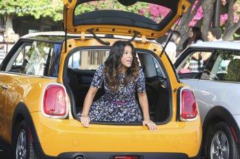Jane the Virgin: l'attrice Gina Rodriguez in una scena della puntata Chapter Six