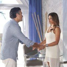 Jane the Virgin: Andrea Navedo e Jaime Camil in una scena dell'episodio Chapter Six