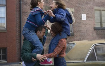 Infinitely Polar Bear: lotte in famiglia per Mark Ruffalo, Zoe Saldana, Imogene Wolodarsky e Ashley Aufderheide