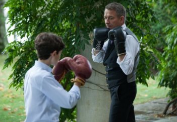 Gotham: Sean Pertwee e David Mazouz in una scena dell'episodio Harvey Dent
