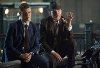 Gotham: Ben McKenzie e Donal Logue in una scena della puntata Harvey Dent