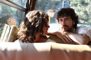 Si accettano miracoli: Alessandro Siani con Ana Caterina Morariu in una scena del film