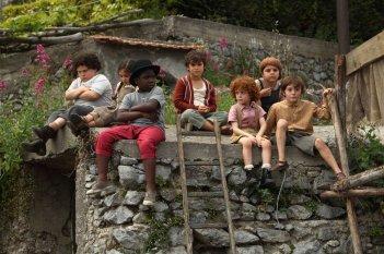 Si accettano miracoli: bambini imbronciati in una scena della commedia