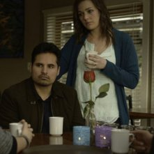 Gracepoint: Michael Peña e Virginia Kull in una scena dell'ottavo episodio