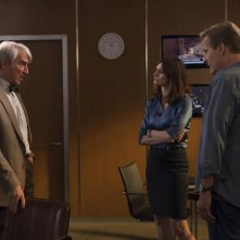 The Newsroom: Sam Waterston, Emily Mortimer e Jeff Daniels in una scena dell'episodio Contempt