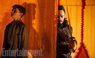Pan: Levi Miller tenta di sfuggire a un minaccioso Hugh Jackman