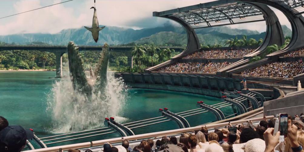 Jurassic World: il mosasauro mangia lo squalo