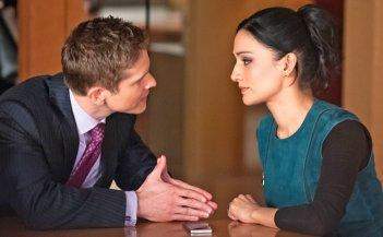 The Good Wife: Matt Czuchry e Archie Panjabi in una scena dell'episodio The Trial
