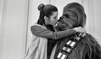 Star Wars: Leia bacia Chewbacca