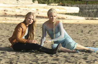 C'era una volta: le attrici Jennifer Morrison e Georgina Haig in una scena dell'episodio intitolato Fall