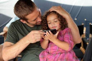 Fast & Furious 7: Paul Walker in un momento di pausa dal set gioca con la figlia di Vin Diesel