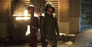 The Flash: Grant Gustin e Stephen Amell in Flash vs. Arrow