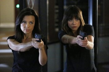 Agents of S.H.I.E.L.D.: Ming-Na Wen e Chloe Bennet in Ye Who Enter Here