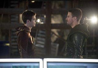 Arrow: gli attori Grant Gustin e Stephen Amell in una scena dell'episodio The Brave and the Bold