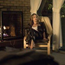 Intruders: Mira Sorvino in una scena della serie