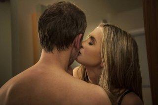Intruders: John Simm e Mira Sorvino in una scena della serie