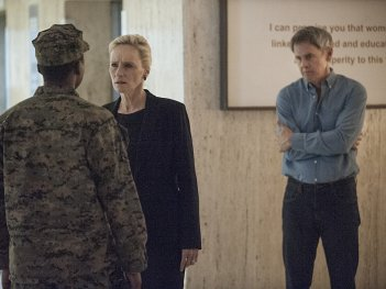 Homeland: Laila Robins e Mark Moses in 13 Hours in Islamabad