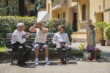 Il ricco, il povero e il maggiordomo: i registi e protagonisti del film Aldo, Giovanni e Giacomo in una scena