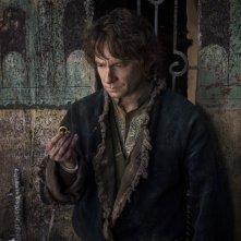 Lo Hobbit: La Battaglia delle Cinque Armate, Martin Freeman con l'anello magico in una scena del film