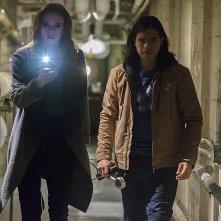 The Flash: Danielle Panabaker e Carlos Valdes interpretano Caitlin e Cisco in The Man in the Yellow Suit