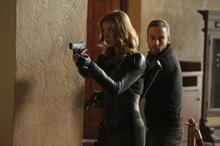 Agents of S.H.I.E.L.D.: Adrianne Palicki e Nick Blood in una scena dell'episodio What They Become