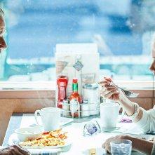 St. Vincent: Bill Murray a tavola con Naomi Watts in un'immagine del film