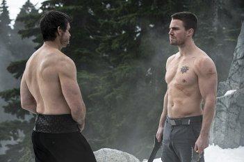 Arrow: Matt Nable e Stephen Amell in una scena di The Climb