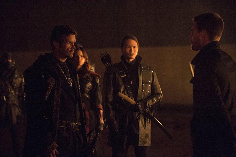 Arrow: Matt Nable, Katrina Law, Karl Yune e Stephen Amell in The Climb