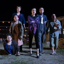 American Horror Story Freak Show: Rose Siggins, Naomi Grossman, Erika Ervin, Emma Roberts, Mat Fraser e Christopher Neiman in Tupperware Party Massacre