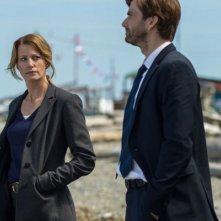 Gracepoint: Anna Gunn e David Tennant in una scena della decima puntata