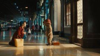 Paddington: Sally Hawkins parla con Paddington alla stazione in una scena del film