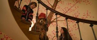 Paddington: Madeleine Harris con Samuel Joslin e l'orso Paddington in una scena del film