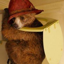 Paddington: il simpatico orsetto alle prese con lo sciacquone in una scena del film