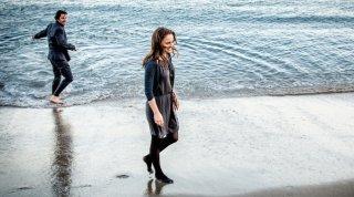 Knight of Cups: Natalie Portman e Christian Bale sulla battigia