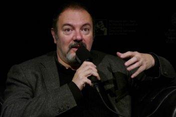 Un primo piano di Carlo Lucarelli a Courmayeur Noir in Festival