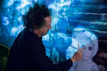 Big Eyes: Tim Burton sul set del film si occupa delle scenografie