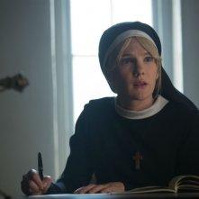 American Horror Story Freak Show: l'attrice Lily Rabe in una scena dell'episodio intitolato Orphans