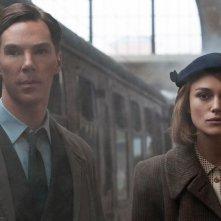 The Imitation Game: Benedict Cumberbatch in una scena con Keira Knightley