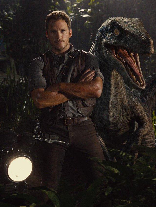 Jurassic World: Chris Pratt in posa con un dinosauro